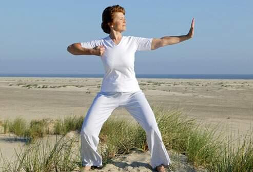 mulher praticando tai chi