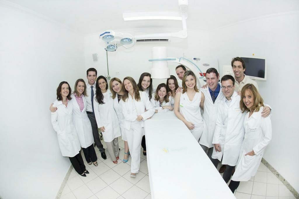 dr charles oliveira e membros da equipe singular centro de controle da dor reunidos no centro cirúrgico da clínica